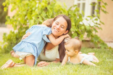 Photographe var seance famille soeur paca photo enfants parents campagne